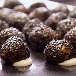 Dùng hạt vừng đen để làm nhân bánh
